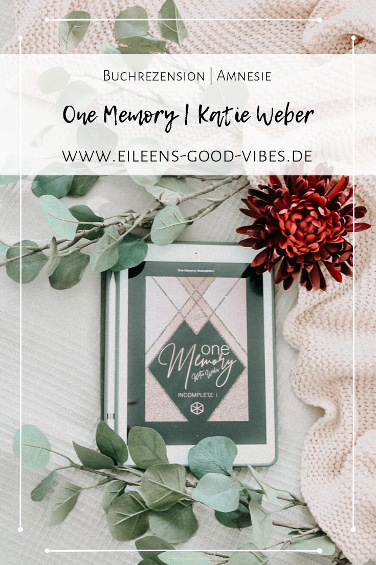 One Memory von Katie Weber ein Buch das die Geschichte einer jungen Frau erzählt die nach einem Autounfall ihr Gedächtnis verliert und Amnesie leidet. Ihr Herz hingegen erinnert sich an einen jungen Mann den sie zuletzt vor 6 Jahren gesehen hat. Mit ihm kehre die ersten Erinnerungen zurück. Das Herz vergisst nie.