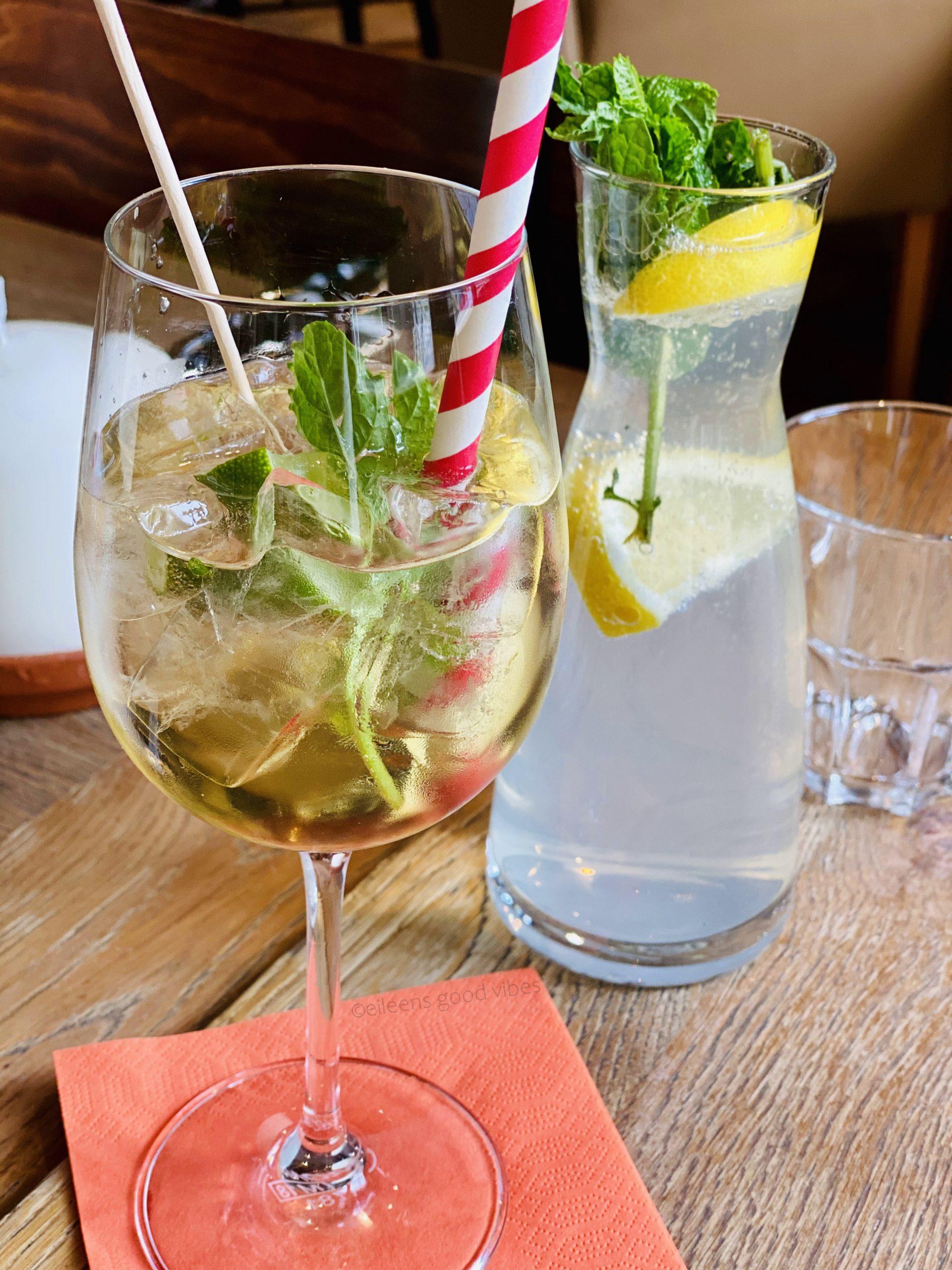 Cocktailgläser, Treffen mit einer Freundin