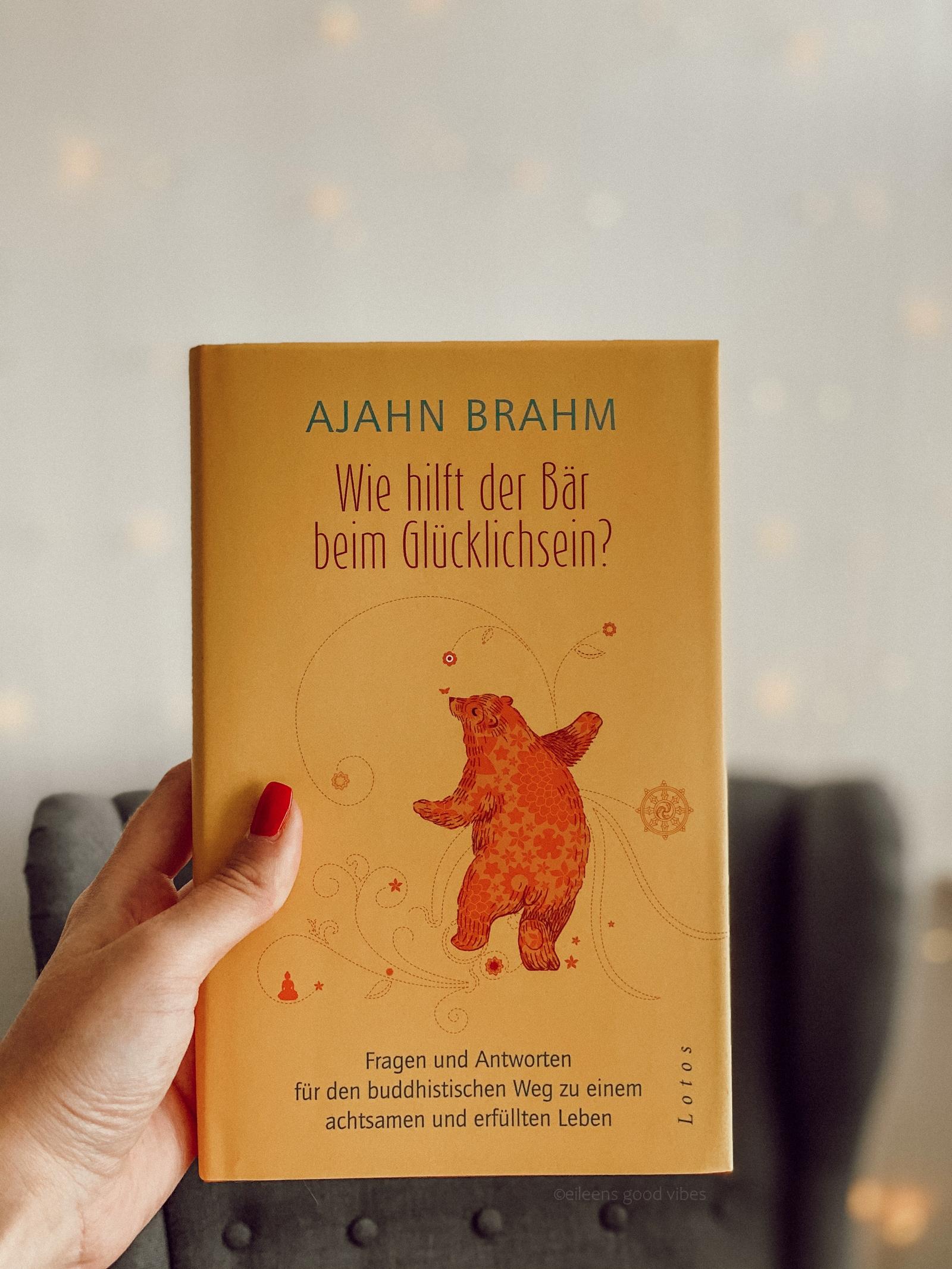 Achtsames Leben, Buch wie hilft der Bär beim Glücklichsein vor einer Lichterkette und einem Lesesessel