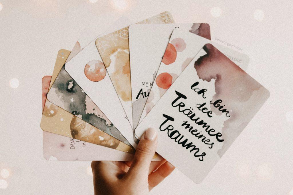 Ausgewählte Karten als Fächer in der Hand