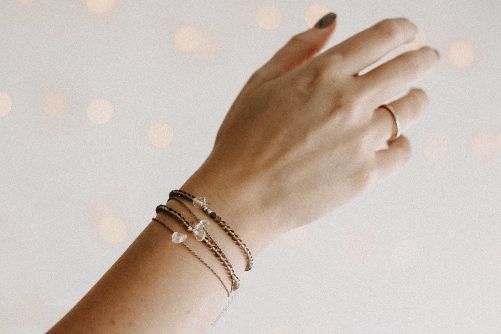 Abgebildete Hand mit Armbändern